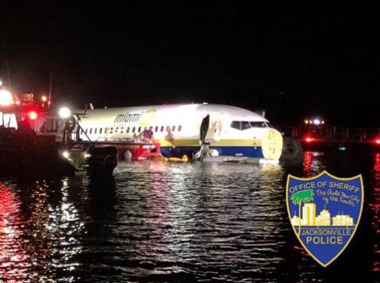 目前尚无与航空公司和航班号相关的消息,救援人员已经赶往现场。