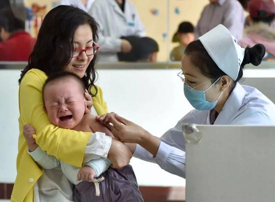 长生生物疫苗事件引爆朋友圈 家长狂翻孩子疫苗本