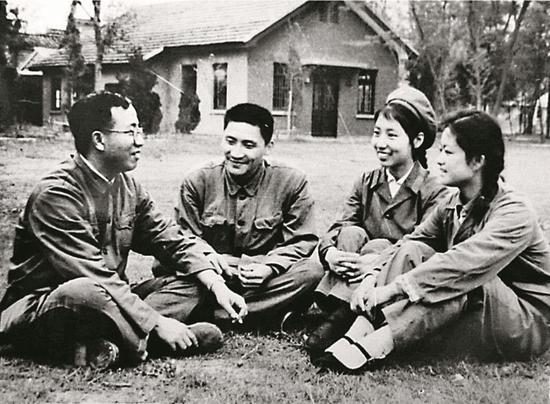胡福明(左一)在校园里。