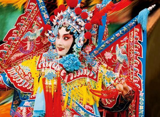 戏曲这一艺术形式的出现以及运用在最大程度上推动了我国传统节庆气氛的发展,而其自身不仅成为了引领节日欢庆氛围达到高潮的演艺节目,而且在其发展过程中逐渐形成了完整的、综合的艺术门类。
