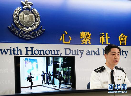 12月27日三分快三平台,香港特区当局警务处警察公共有关科总警司郭嘉铨在讯息发布会上展现照片。 新华社记者 李钢 摄