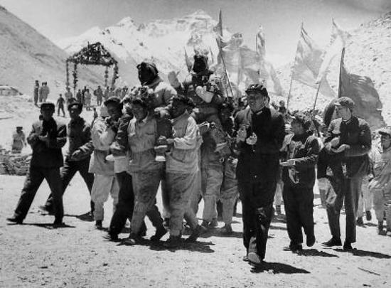 ↑1960年5月30日,王富洲等3人回到大本营受到热烈欢迎。