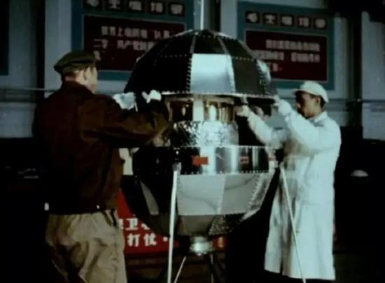 科研人员组装东方红一号卫星