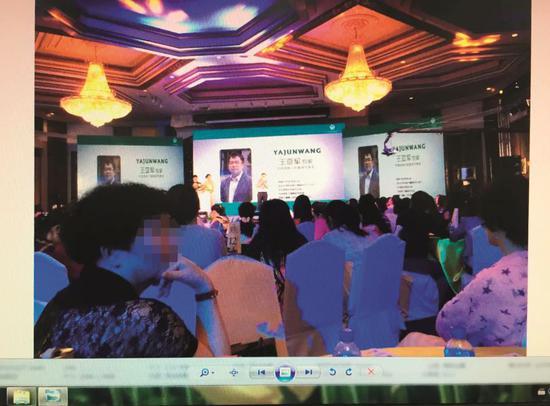 嫌犯在泰国结构的医疗表明会现场。会场周围伟大、装饰奢华,数以千计的宾客挤满了宴会厅。