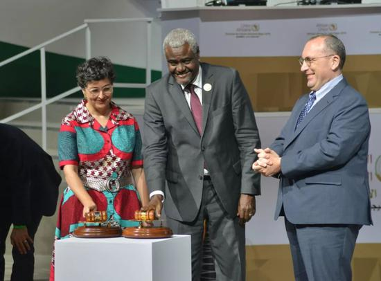 7月7日,在尼日尔首都尼亚美,非盟委员会主席法基(中)宣布非洲大陆自贸区正式运行。新华社发