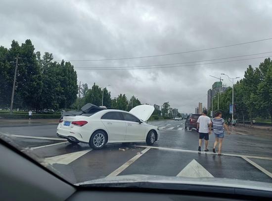 路上一辆出了状况的车 威尼斯电子来源:崔俊超提供