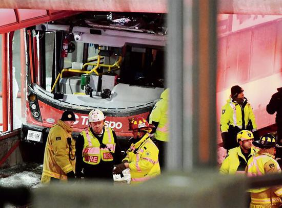 加拿大一辆双层巴士失控,造成3人死亡,23人受伤-皇家国际