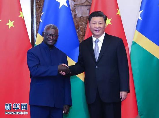 10月9日,国家主席习近平在北京钓鱼台国宾馆会见所罗门群岛总理索加瓦雷。新华社记者 姚大伟 摄