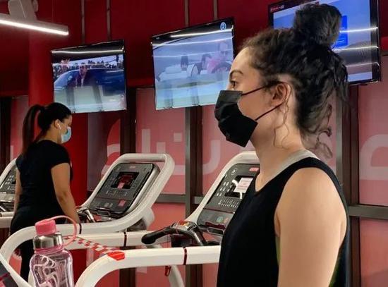 ▲6月23日,两名女子佩戴口罩在利雅得一家健身房内锻炼身体。(法新社)