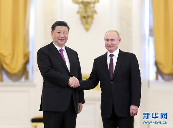 6月5日,国家主席习近平在莫斯科克里姆林宫同俄罗斯总统普京会谈。这是会谈前,两国元首紧紧握手,合影留念。 新华社记者 丁海涛 摄