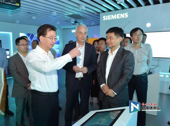 王宁调研福州西门子轨道交通信号创新研发中心。张人峰/摄