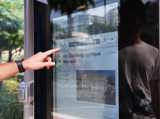 7月23日,一名男子在摩纳哥电信公司为摩纳哥公交站部署的5G终端上查询信息。新华社记者高静摄