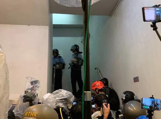 港警被记者围堵在一幢大厦内