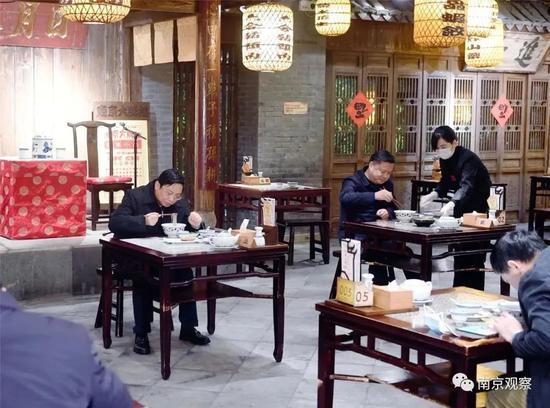 南京市委书记张敬华品尝鸭血粉丝汤