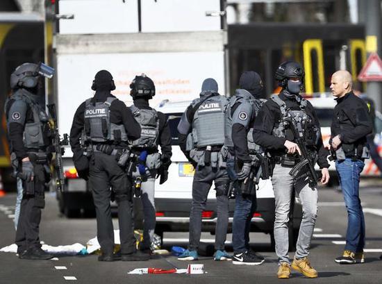 警方现场调查。(图源:美联社)