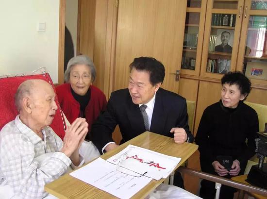 △2005年12月,王永志夫妇拜看恩师钱学森。