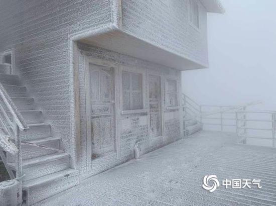 连山展现下半年最隐微的雪,金子山景区白茫茫地落了一地。(图/金子山做事人员 黄丽英)