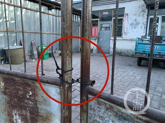 △3月3日,死者王磊家大门已用一根线丝捆绑,房间门也上了锁。摄影/记者张莹