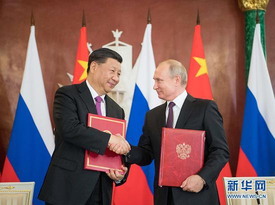 6月5日,国家主席习近平在莫斯科克里姆林宫同俄罗斯总统普京会谈。会谈后,两国元首共同签署《中华人民共和国和俄罗斯联邦关于发展新时代全面战略协作伙伴关系的联合声明》、《中华人民共和国和俄罗斯联邦关于加强当代全球战略稳定的联合声明》,并见证多项双边合作文件的签署。 新华社记者 李学仁 摄