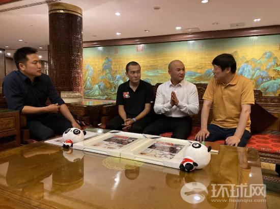 """""""光头警长""""刘Sir(左三)与环球时报总编辑胡锡进(右)、环球网执行副总编辑刘洋(左一)、环球时报-环球网记者付国豪(左二)交流。"""