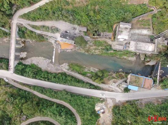 从左到右挨次为铁桥村大桥、漫水桥、铁索桥