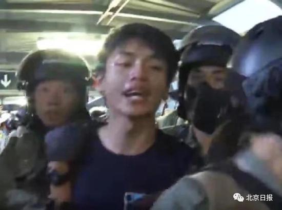 被告许添力被警员当场抓捕。图片来源:大公文汇全媒体