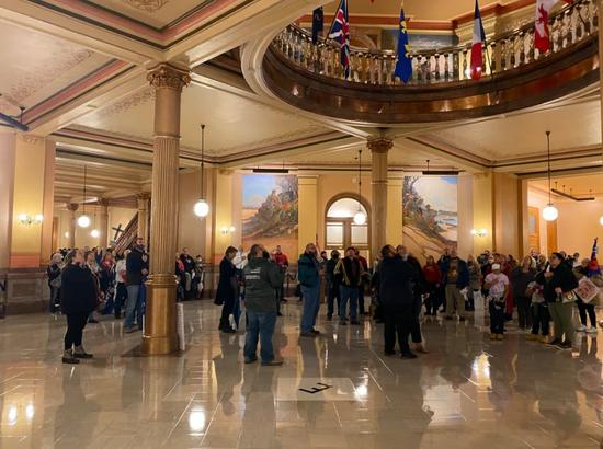 示威者进入堪萨斯州议会(KSNT)