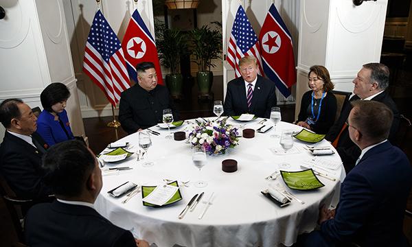 当地时间2019年2月27日晚,越南河内,美国总统特朗普与朝鲜最高领导人金正恩在河内索菲特传奇大都会酒店共进晚餐。  视觉中国 图