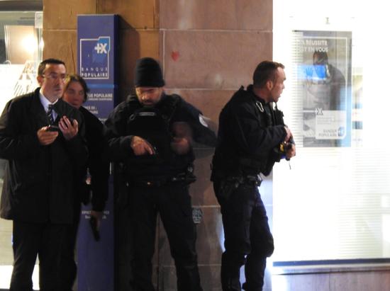 法国警方赶到现场(来源:路透社)