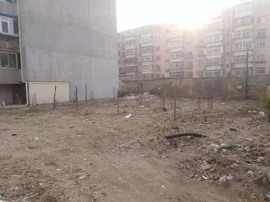 """▲""""龙庭家园""""5号楼地基上钢筋已生锈。图片来自澎湃音信"""