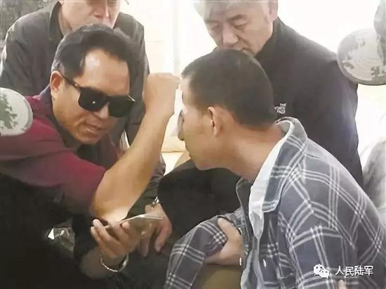 安忠文教杜富国使用手机。来源:人民陆军