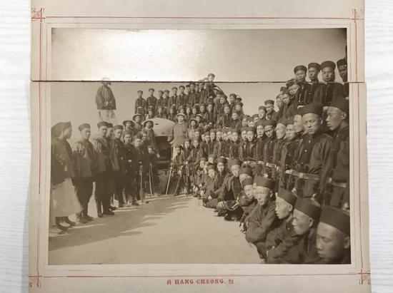 图为在德国联邦档案馆内翻拍的老照片。照片上清军士兵着海军军服。(新华社记者张远摄)