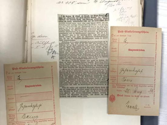 这是德国联邦档案馆珍藏的一份社交简报。简报中挑到了一篇相关英国造船厂火炮实验战败的媒体报道。(新华社记者张远摄)