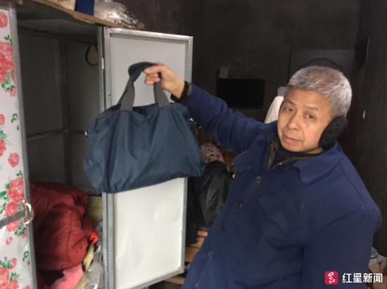 ↑刘会公公说卡放在包里,包藏在衣柜里