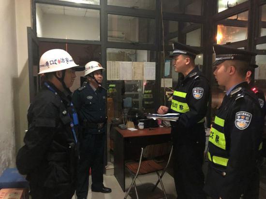 除夕入夜,后井派出所民警在厦门远海码头检查企业安保人员值班情况。