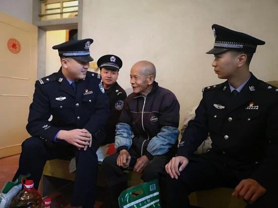 除夕一早,在福建厦门的海沧自贸区,厦门市公安局后井派出所教导员刘允慜便带着民警前往慰问74岁的独居老人周碰狮。