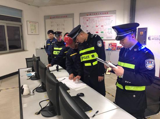 后井派出所民警在厦门中油油库检查监控设备运转情况。