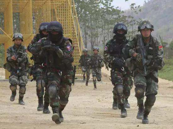 第二张照片:中柬特战队员快速突入房间解救人质。