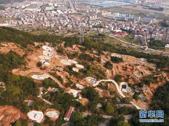 福清市城头镇一处被新建坟墓侵蚀的山体(3月26日无人机拍摄)。新华社记者 姜克红 摄