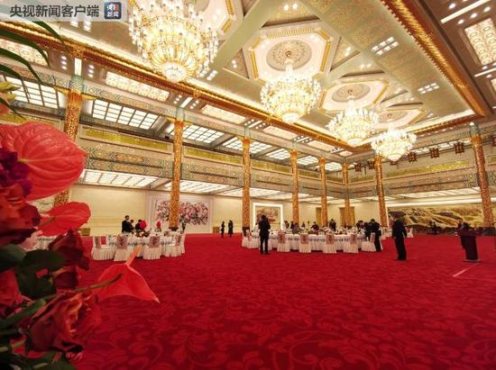 △金色大厅位于人民大会堂三层,面积约2200平方米。大厅有20根朱红漆金巨柱,5盏金光闪闪的巨型吊灯从顶部垂下。(央视记者张宇拍摄)