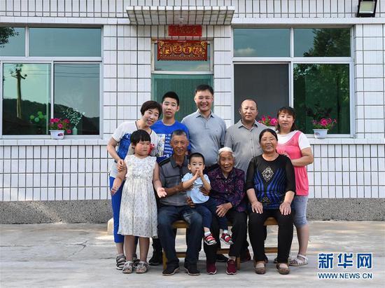 这是赤峰市喀喇沁旗河南街道马鞍山村农户张国利(前排左二)一家人的合影(7月15日摄)。新华社记者 刘磊 摄