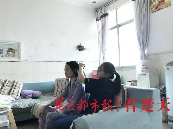王渝玥照顾母亲