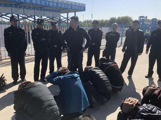 (图:2018年10月23日,常青带领东部扫暗队一举抓获凶意讨薪团伙39人。)