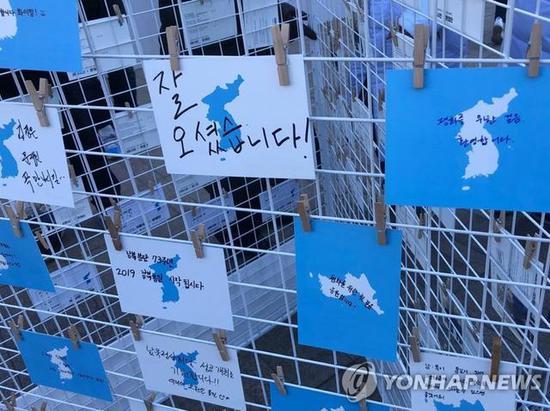 去年12月初,首尔市民自发组织迎接金正恩。数千明信片祈求韩朝和平统一