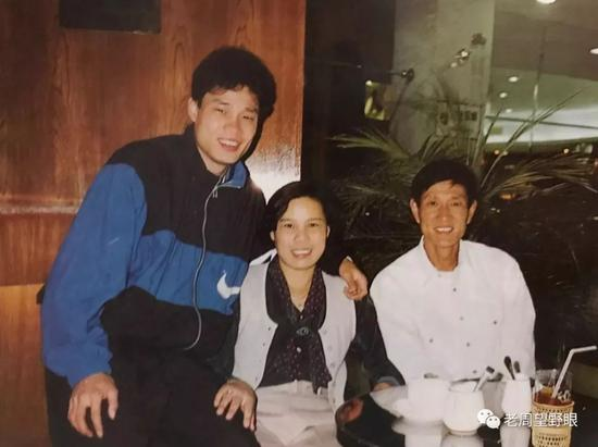 范九林(右)和儿子范志毅、妻子黄炜