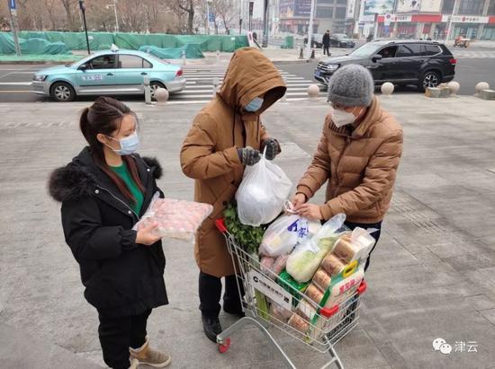 社区工作者们为武汉一家人购买新鲜食材和生活用品