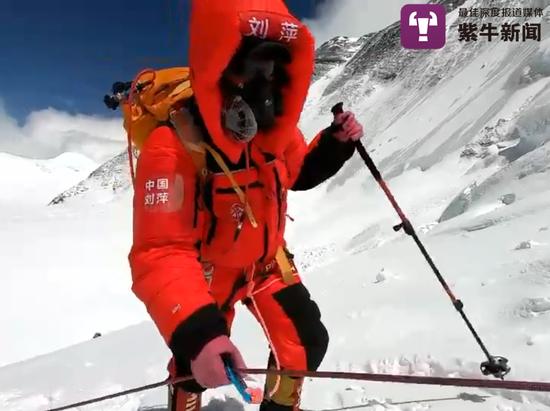 刘萍在攀登珠峰过程中