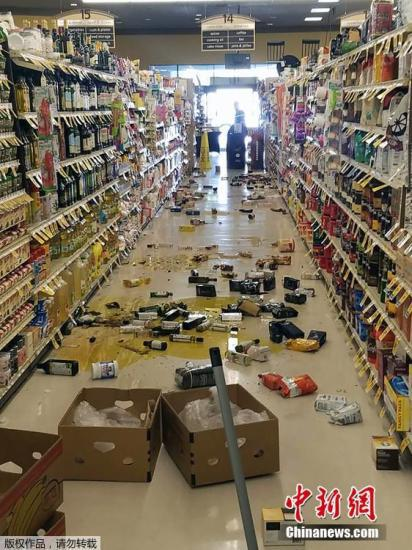 当地时间7月4日上午10时33分,美国南加州科恩郡里奇克莱斯特(Ridgecrest)附近发生里氏6.4级地震。这是近25年来发生在南加州的最大地震。图为加州当地一家超市,货架的商品散落一地。