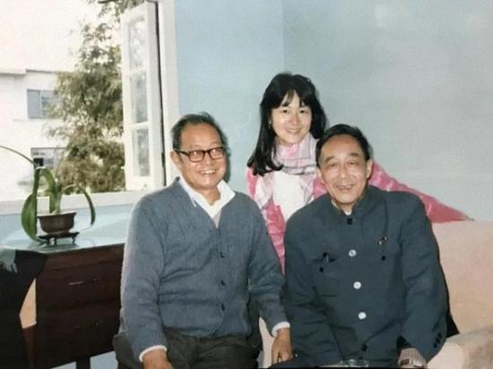 张斌先生和著名语言学家胡裕树先生在一起