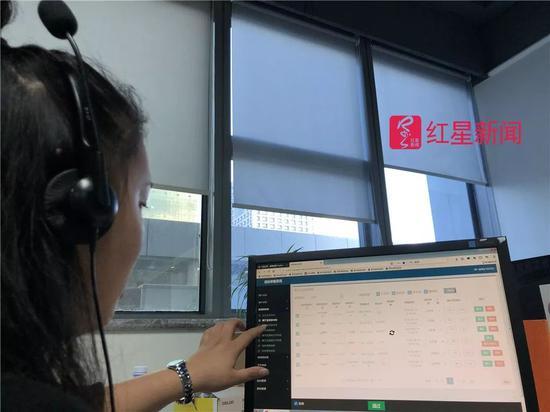 ▲王青在听语音。